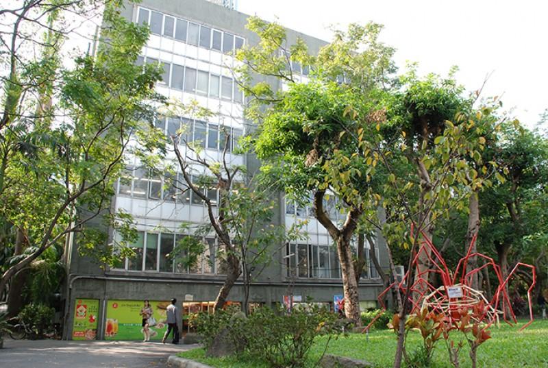 设置在校园内的红色装置艺术是学生的美术作品,增添了校园的人文艺术气息。