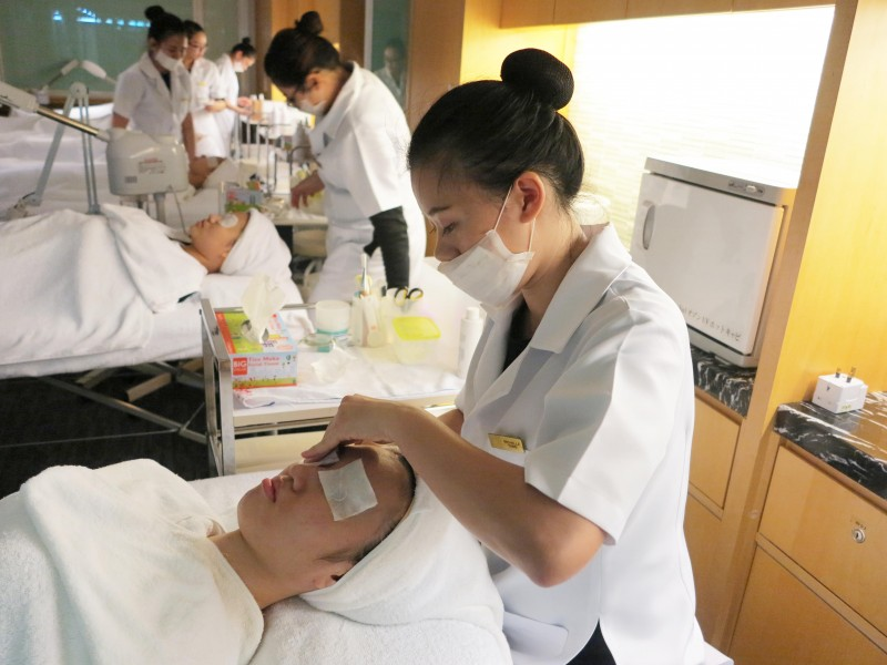 CAA提供干净及齐全的美容设备,培训学生成为专业美容师。