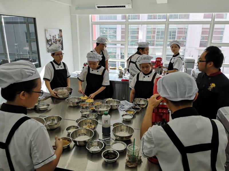 法式甜点课程导师及学生们的教学互动