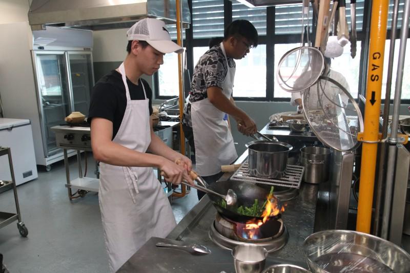 """东方厨艺学院特别提供的""""中餐厨艺试读班"""",让学生亲身体验厨艺学生的学习生涯同时也对该院所提供的课程及服务有更深一层了解。"""