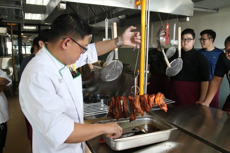 此中餐烹饪专业课程由一班专业的导师团无私地传授他们多年经验所累积的烹饪技巧与知识,致力于培养及提升厨艺人员专业资格。