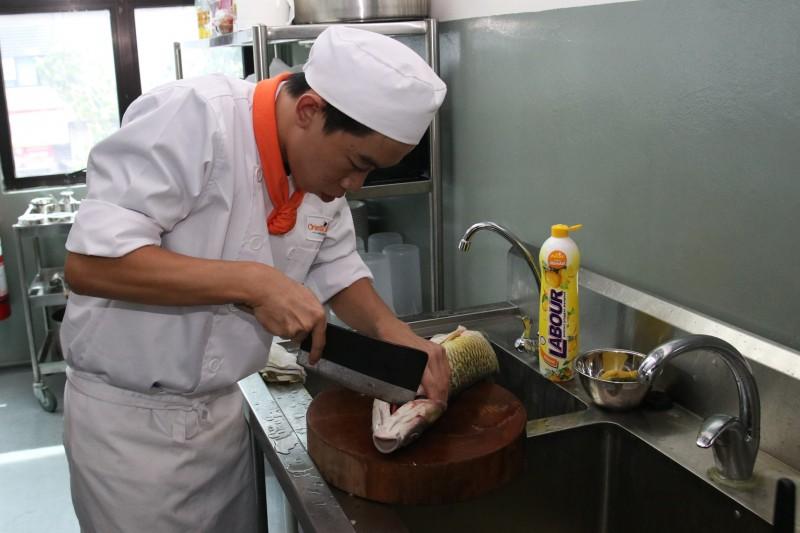 学员将掌握中餐烹调技法之精髓,如:切配刀工、各种中式菜肴的烹调方法、火候控制、调味要點、勾芡技巧、新式料理摆盘技巧等。