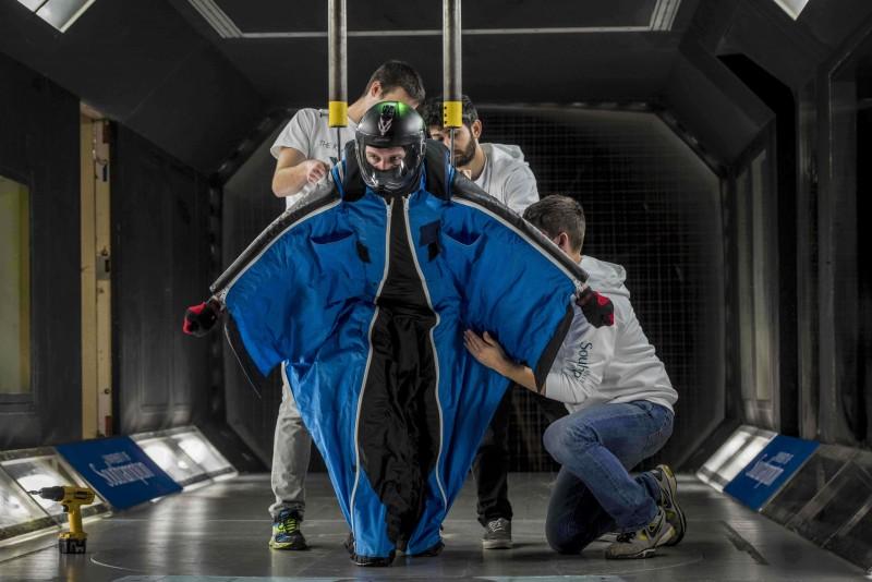 航空学及航天学课程的四年级学生设计一个高效能的飞鼠滑翔装置,作为他们的小组设计作业.