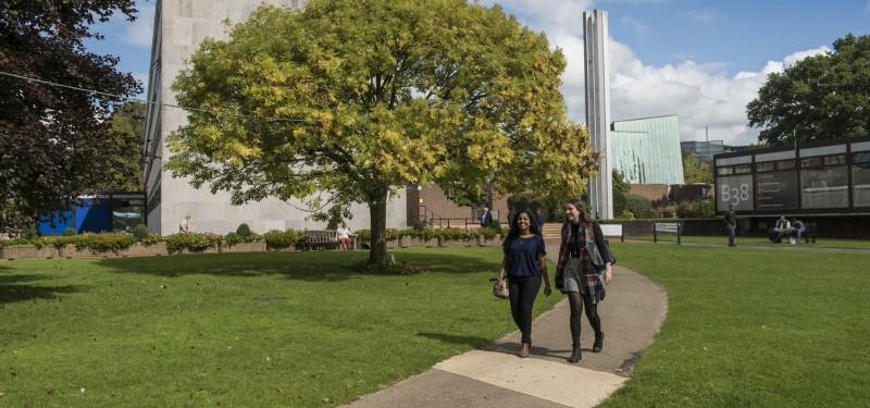 南安普顿大学英国校园,  设备齐全, 包括餐厅, 银行与邮政局, 更有为各种宗教信徒准备的礼拜场所及穆斯林的祈祷室.