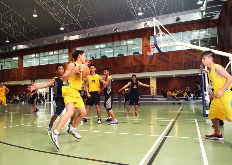 Students can utilise the sport and recreation facilities on campus such as the basketball court.