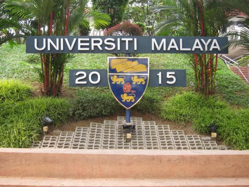 这是马大年份碑(Piagam Tahunan),每年一月一日都会更换上新年份。这年份碑乍看普通,却在提醒着大家要把握大学时光,也让毕业生记起在马大时的美好青春 。这是马大生必定到访拍照留念之处,以及马大盛大活动(如毕业典礼)的最佳摄影热点。
